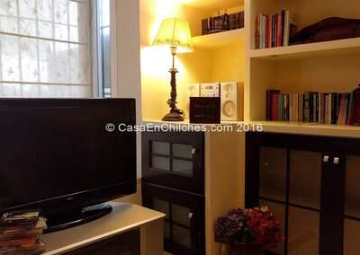 Salão com TV e equipamento de música