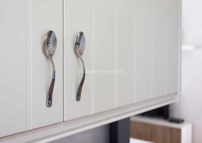 Detalle de la decoración de la casa, -Cucharas por tiradores de cocina-