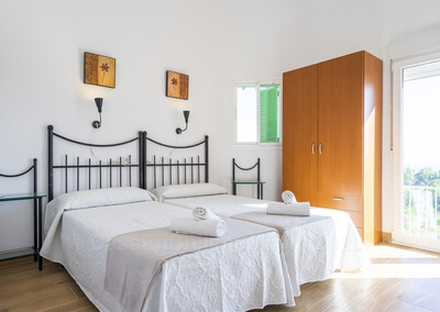 Apartamento Huelva en Finca Buenavista 2020 dormitorio principal y acceso a la terraza